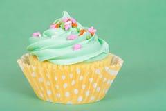 复活节在绿色背景的春天杯形蛋糕 图库摄影