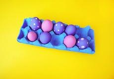 复活节在罐的构成用鸡蛋和风信花 库存图片