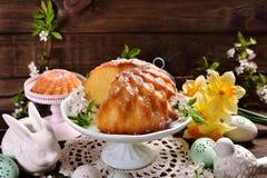 复活节在花形状的圆环蛋糕 免版税库存图片
