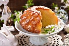 复活节在花形状的圆环蛋糕 库存图片