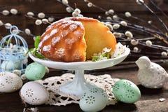 复活节在花形状的圆环蛋糕 免版税库存照片