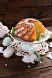 复活节在花形状的圆环蛋糕 免版税图库摄影