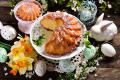 复活节在花形状的圆环蛋糕 库存照片