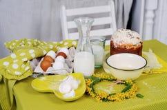复活节在选材台上的蛋糕产品与花 库存图片