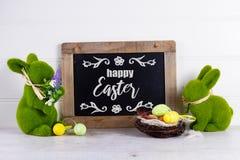 复活节场面用色的鸡蛋 免版税库存图片