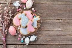 复活节姜饼曲奇饼和鸡蛋 免版税库存图片