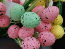 复活节庆祝的五颜六色的蛋装饰 库存照片