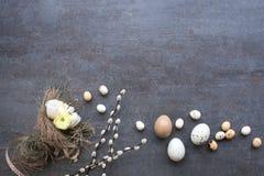 复活节彩蛋、柔荑花和被栓的复活节花束 库存图片