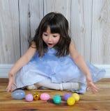 复活节彩蛋兴奋女孩一点在甜点 库存图片
