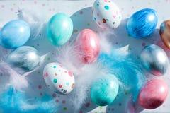 复活节彩蛋创造性的着色为在淡色珍珠颜色的假日 顶视图 免版税库存图片