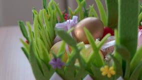 复活节彩蛋在篮子折叠了 股票视频