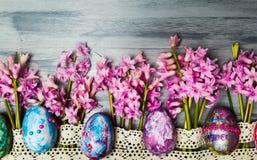 复活节彩蛋安排与新鲜的风信花花 免版税库存照片