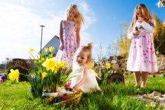 复活节彩蛋搜索的子项与兔宝宝 免版税图库摄影