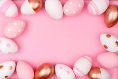 复活节彩蛋框架 罗斯金子、桃红色和白色在桃红色 库存图片