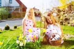 复活节彩蛋的子项寻找与兔宝宝 图库摄影