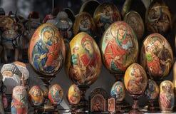复活节彩蛋绘了与与婴孩的Madonnas在纪念品店 免版税库存照片