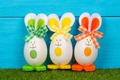 复活节彩蛋逗人喜爱的兔宝宝 滑稽的装饰 免版税库存图片