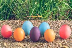 复活节彩蛋!与拷贝空间的愉快的五颜六色的复活节狩猎假日装饰复活节概念背景 免版税库存图片