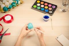 复活节快乐,妇女为复活节天节日假日绘复活节彩蛋,复活节与拷贝空间的概念背景 免版税库存照片