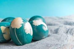 复活节快乐,有机蓝色复活节彩蛋有蓝色背景,复活节假日装饰,复活节概念背景 免版税库存照片