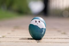 复活节快乐,逗人喜爱的男孩有机复活节彩蛋,在鸡蛋,复活节假日装饰,复活节概念背景的绘的面孔 免版税库存图片
