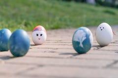 复活节快乐,逗人喜爱的男孩有机复活节彩蛋,在鸡蛋,复活节假日装饰,复活节概念背景的绘的面孔 库存图片