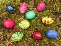 复活节快乐-在绿色青苔的五颜六色的复活节彩蛋 免版税库存照片