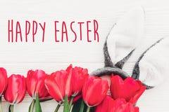 复活节愉快的文本 季节` s贺卡 兔宝宝耳朵和铁笔 免版税库存照片