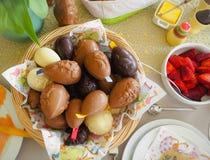 复活节早午餐平的被放置的桌设置用朱古力蛋、草莓、黄油等等 免版税库存图片