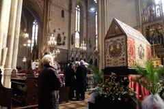 复活节早晨,人们在上帝` s坟茔前面祈祷在萨格勒布大教堂里 库存图片