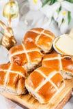 复活节早餐用十字面包 库存图片