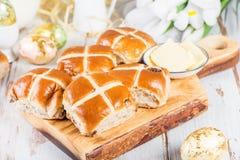 复活节早餐用十字面包 免版税图库摄影