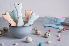 复活节春天装饰构成用以一只滑稽的兔子、鹌鹑蛋和工具necessa的形式自创复活节曲奇饼 免版税库存照片