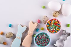 复活节春天装饰构成 做自创糖屑曲奇饼 以一只滑稽的兔子的形式饼干,必要的工具 库存照片