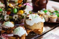 复活节杯形蛋糕和复活节彩蛋 免版税库存照片