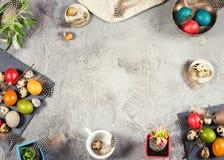 复活节构成用色的鸡蛋和装饰 免版税库存图片