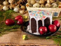 复活节构成由蛋糕和色的鸡蛋制成 库存照片