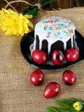 复活节构成由蛋糕和色的鸡蛋制成 免版税库存照片