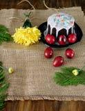 复活节构成由蛋糕和色的鸡蛋制成 库存图片