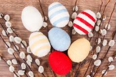复活节柔荑花和鸡蛋包裹了在土气板,欢乐装饰的羊毛串 库存图片