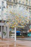 复活节树用站立在Tverskaya广场的五颜六色的装饰的鸡蛋在莫斯科 免版税库存图片