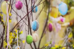 复活节树 五颜六色的手工制造复活节元素:鸡蛋,丝带 明亮的复活节,摘要,被弄脏的背景 库存照片