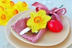 复活节桌设置用红色被洗染的鸡蛋 图库摄影