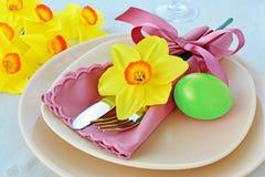 复活节桌设置用绿色被洗染的鸡蛋 免版税库存图片