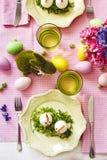 复活节桌设置 从在复活节桌上供食的鸡蛋的滑稽的鸡 免版税库存照片