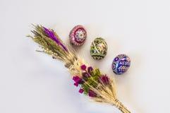 复活节棕榈和五颜六色的鸡蛋 复活节彩蛋 库存照片