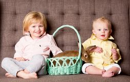 复活节男孩和兔宝宝 免版税图库摄影