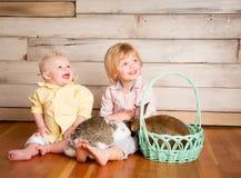 复活节男孩和兔宝宝 库存照片