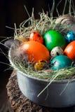 复活节的新鲜的鸡蛋在金属的干草滚保龄球 库存照片