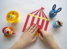 复活节的概念用逗人喜爱和快乐的手工制造鸡蛋、兔子、小丑、大力士和狮子 图库摄影